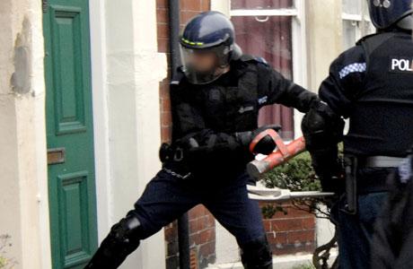 Policia_rompiendo_puertas
